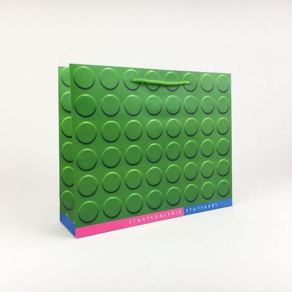 Mehrfarbig bedruckte Papiertragetüte mit Textilkordel
