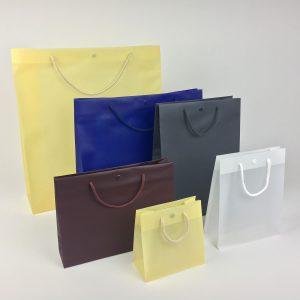 Tragetasche aus Plastik mit Textilkordel