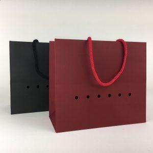 Hochwertige Tragetasche mit Schulterkordel in Rot und Schwarz